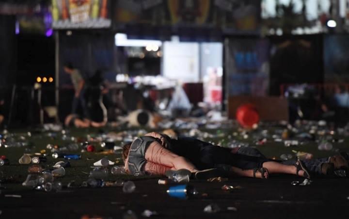 مذبحة لاس فيغاس ..  9 دقائق متتالية كانت كفيلة بقتل 59 شخصاً وجرح 572 وانتحار المنفذ ..  تفاصيل مروعة