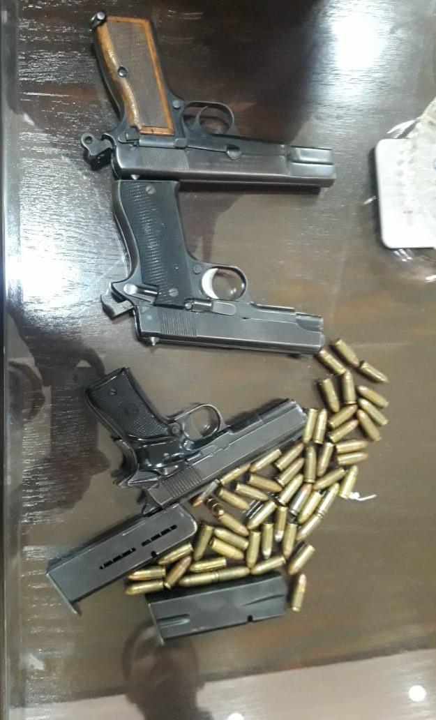 ضبط (250 كرتونة) دخان مهرب بمستودع داخل منزل في عمان  .. و 3 مسدسات وذخيرة