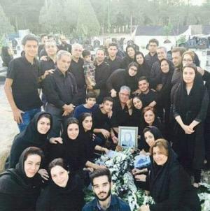 سيلفي عائلة مع جثة متوفية من المقابر تشعل مواقع التواصل..صورة