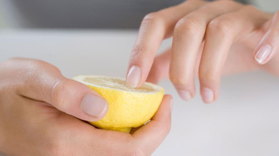 هذه أسهل وأسرع طريقة لتبييض الأظافر