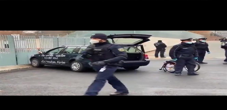"""المشاهد الأولى من المستشارية الألمانية بعد اصطدام سيارة ببوابتها الخارجية: """"أنتم قتلة الأطفال وكبار السن"""" ما الحكاية"""""""