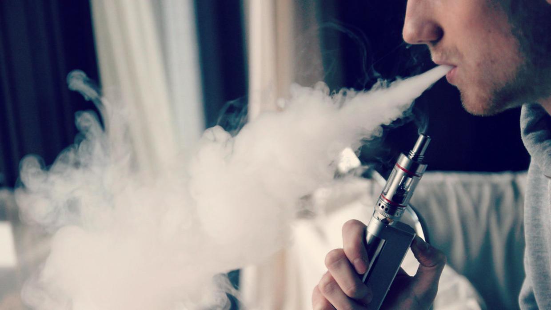 """مرض السيجارة الإلكترونية """"الغامض"""" يوقع مزيدا من الضحايا"""