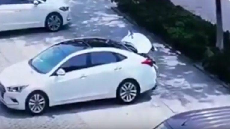 بالفيديو ..  كاميرات المراقبة توثق وفاة طفل حبس نفسه في صندوق سيارة بالخطأ
