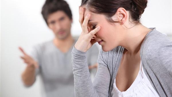 حماتي بخيلة وتحرض زوجي، ما الحل؟