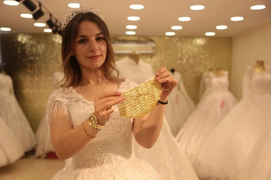 تركيا ..  كمامات مطرزة بالذهب للعرائس – صور