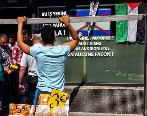"""صاحب مقهى بلجيكي : """"الدخول للكلاب مسموح ..  وللصهاينة ممنوع"""" (صورة)"""