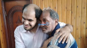 """بعد اختفائه لنحو 21 عام  ..  أسرة مصرية تعثر على ابنها الكفيف التائه عبر """"فيسبوك"""""""