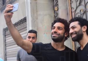 بالفيديو .. محمد صلاح يلتقي شبيهه