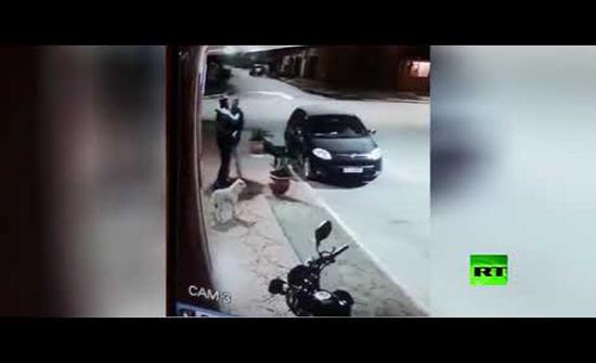 بالفيديو : لص يقوم بسرقة شخص في الأرجنتين ويتبين انه صديقه
