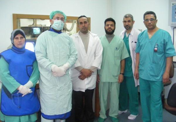 فريق طبي بغزة ينجح بمساعدة طفلة بالسير على قدميها