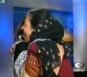 فيديو أبكى كل من شاهده .. لحظة لقاء أم فلسطينية و أبنتها بعد فراق دام (22) عاماً بسبب الإحتلال