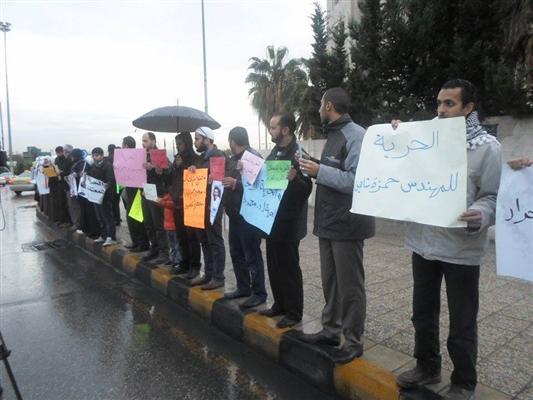 بالصور : معتصمون أمام رئاسة الوزراء يطالبون بالإفراج عن المعتقلين