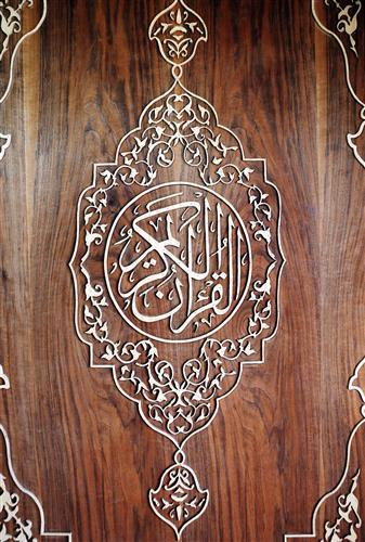 بالفيديو والصور : لاجئ سوري في الأردن يصنع أكبر نسخة من القرآن الكريم