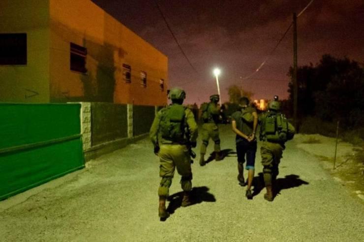 الاحتلال يعتقل شابا من مخيم عقبة جبر