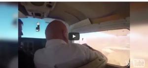 بالفيديو .. ماذا حدث لرجل فتح نافذة طائرة لالتقاط صورة؟