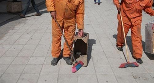عمان : شبان يرتدون زي عمال الوطن ويمتهنون التسول في دير غبار