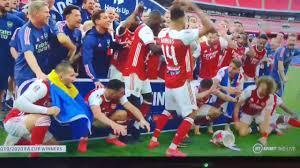 اوباميانج يُسقط كأس البطولة قبل الاحتفال به