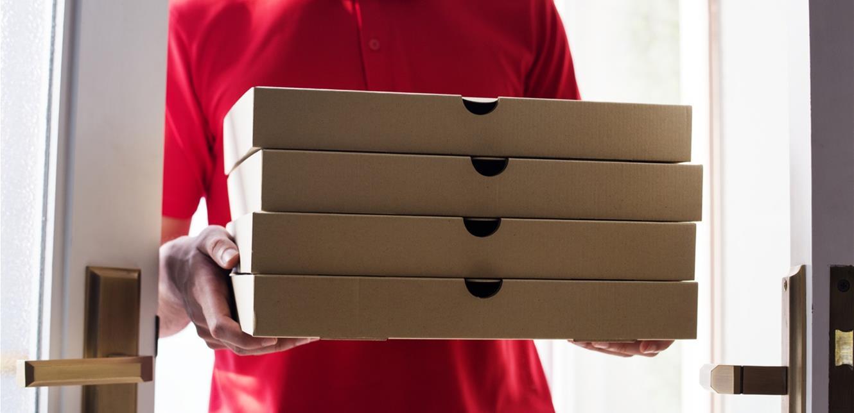 بالفيديو  ..  موقفٌ مؤثّر  ..  مفاجأة لموظّف توصيل بيتزا بسنّ الـ 89 عاماً!