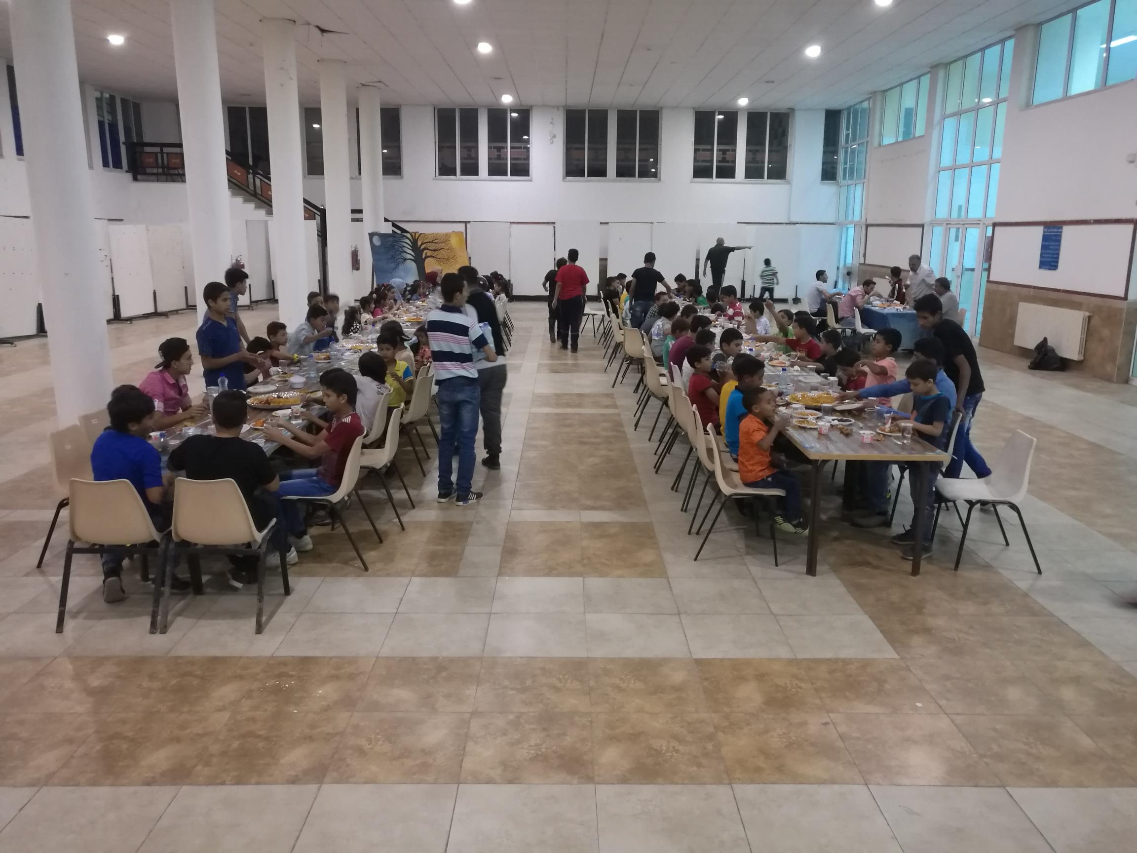 جامعة فيلادلفيا تقيم حفل إفطار رمضاني لإيتام جمعية ونادي مخيم سوف/جرش