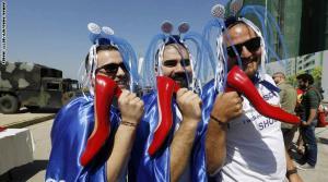 """بالصور .. رجال لبنانيون يلبسون الكعب العالي"""" الاحمر"""" تضامناً مع النساء"""