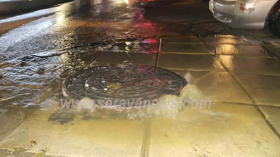 بالصور ..  اربد : مياه الصرف الصحي تغرق مدخل ومحيط مستشفى الأميرة بسمة