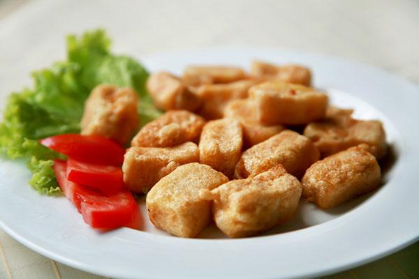 قطع الدجاج بالثوم ..  وجبة مميزة لأطفالك