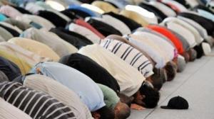 من غرائب الدنيا .. مسلمون يفطرون و يصلون التراويح قبل غروب الشمس