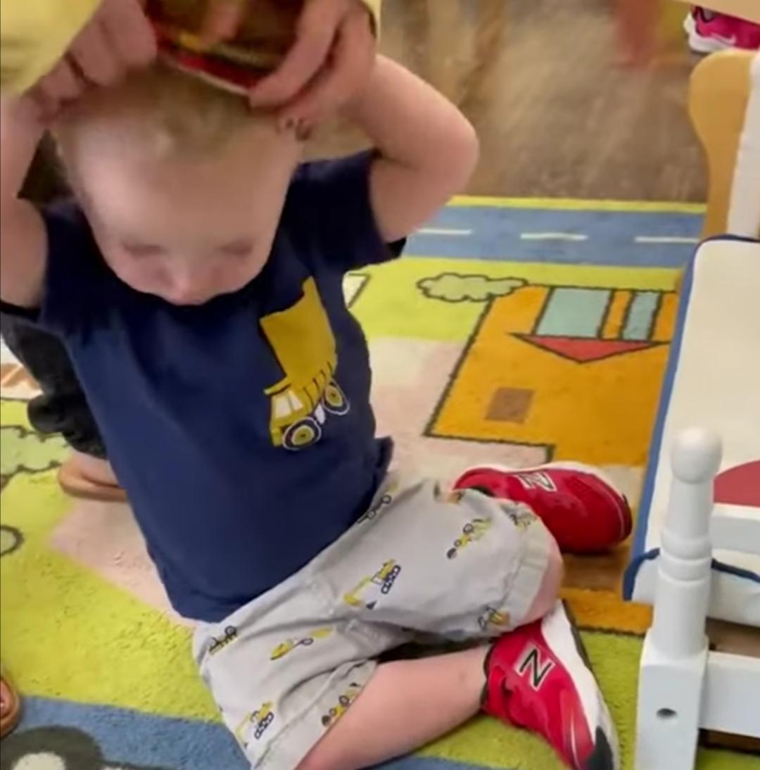 رد فعل طريف من طفل تجاه إلزامه بارتداء الكمامة ..  فيديو