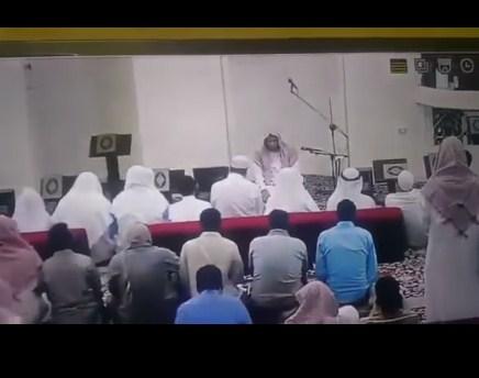 بالفيديو  ..  لحظة وفاة إمام مسجد في مكة بعد الإنتهاء من صلاة العصر
