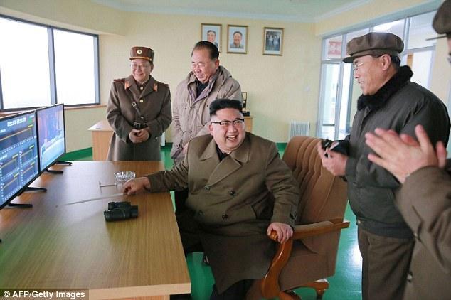 بالصور.. ديكتاتور كوريا الشمالية ينفجر ضحكاً بعد اجراء تجربة صاروخية
