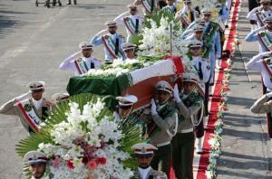 """بالصور.. الرئيس الإيراني يستقبل جثامين ضحايا """"حادث منى"""" في مطار طهران"""