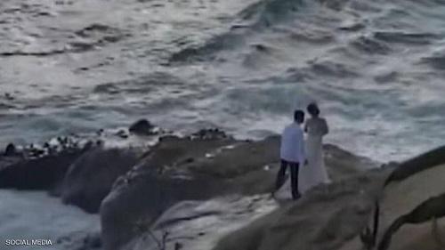 بالفيديو ..  موجة عملاقة تفسد فرحة عروسين