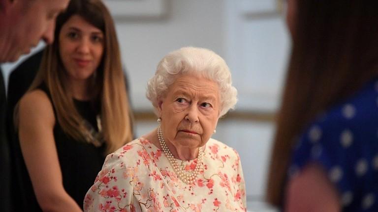 """صحيفة بريطانية تكشف سر """"الحقيبة الغامضة"""" التي ترافق الملكة في ترحالها"""