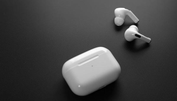 لهذا السبب ..  أبل تتخذ قرار صادم بشأن إنتاج سماعتها الذكية AirPods