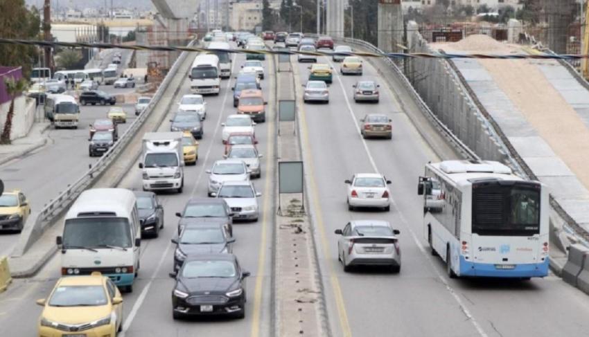 الحكومة: تخفيض السعة المقعدية لوسائل النقل العام إلى 50%