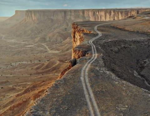 سقوط مركبة سياح من قمة جبل فهرين بالسعودية