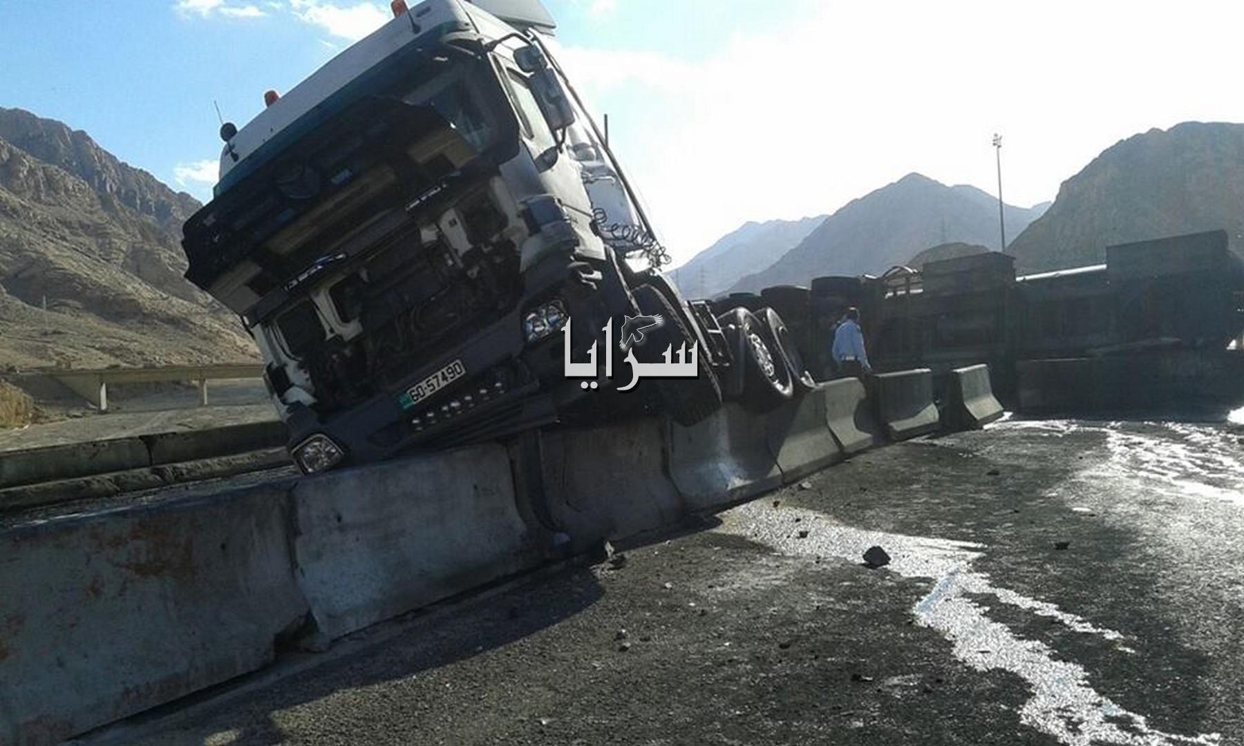 بالصور .. العقبة : انقلاب صهريج محمل بالوقود و اصابة سائقه
