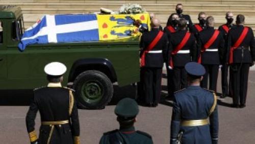 """امرأة """"عارية الصدر"""" تقتحم جنازة الأمير فيليب  .. صورة"""