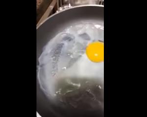 """فيديو صادم  ..  بيض """"بلاستيك"""" ينتشر في عدد من الدول العربية"""