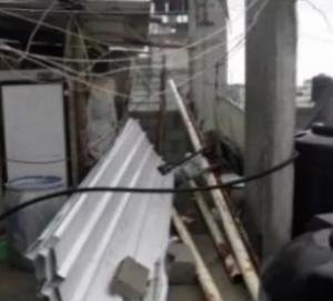 بالصفيح والحديد.. فلسطيني يعيد لمّ شمل عائلته النازحة