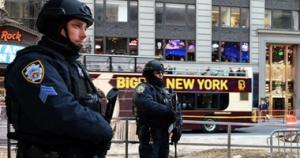 مسلح  يحمل بندقية يقتحم مطعم بيتزا في واشنطن و الشرطة الامريكية تلقي القبض عليه