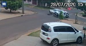 برازيلي ينجو من حادث سيارة بأعجوبة بسبب رد فعله السريع ..  فيديو
