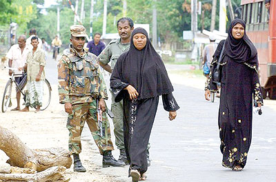 إجراءات مشدّدة بمحيط المساجد في سيريلانكا بعد قيام بوذيين بقتل (3) مسلمين