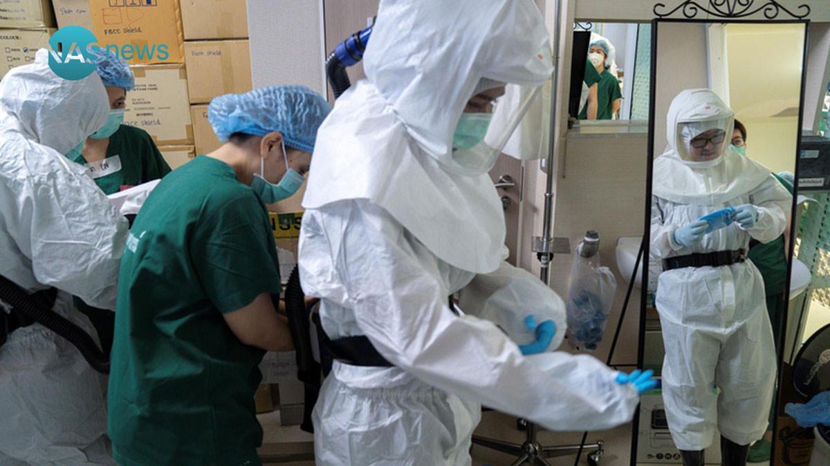 وفاة طبيب صيني تسبب كورونا بتغيير لون جلده في ووهان