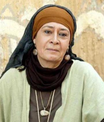 بالفيديو  .. جوليت عواد تخلع نعليها عند دخولها سوريا
