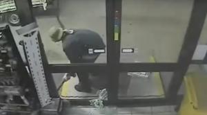 بالفيديو .. غباء لص يمنعه من سرقة خزينة نقود من محل تجاري