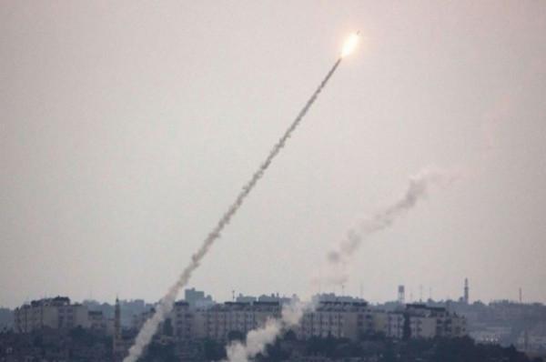بالفيديو ..  القبة الحديدية تعترض صاروخاً أُطلق من القطاع ..  الهلع يتسبب بإصابة مستوطِنيْن ..