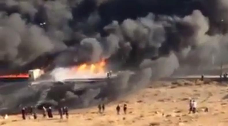بالفيديو ..  اشتعال صهريج نفط في الجيزة بشكل كامل اثر حادث تدهور على الطريق الصحراوي