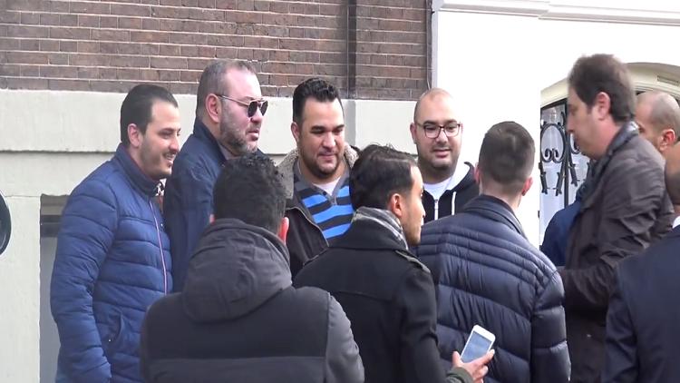 """بالفيديو  ..  ملك المغرب في شوارع هولندا يلتقط """" السلفي """"  ويعانق مواطنيه"""