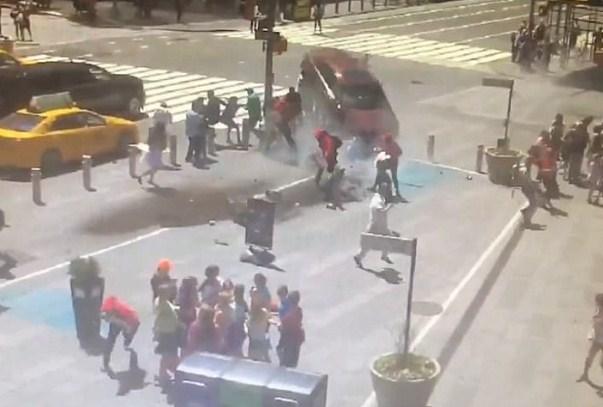بالفيديو ..مشاهد جديدة و بشعة للحظة تنفيذ عملية الدهس في نيويورك +18